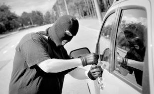 Autoversicherung: alles über Diebstahl von persönlichen Gegenständen im Auto