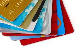 Cartes de crédit des banques suisses jusqu'à 50% plus chères pour des prestations de qualité identique